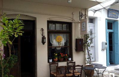 Σπιτικά γλυκά και ελληνικός καφές στο Χαλκί